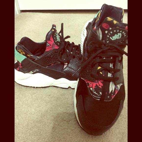 8ef574ae4655 Nike Air Huarache Black Aloha Floral Limited Ed. M 5a94d236a44dbe9ab6b6622a